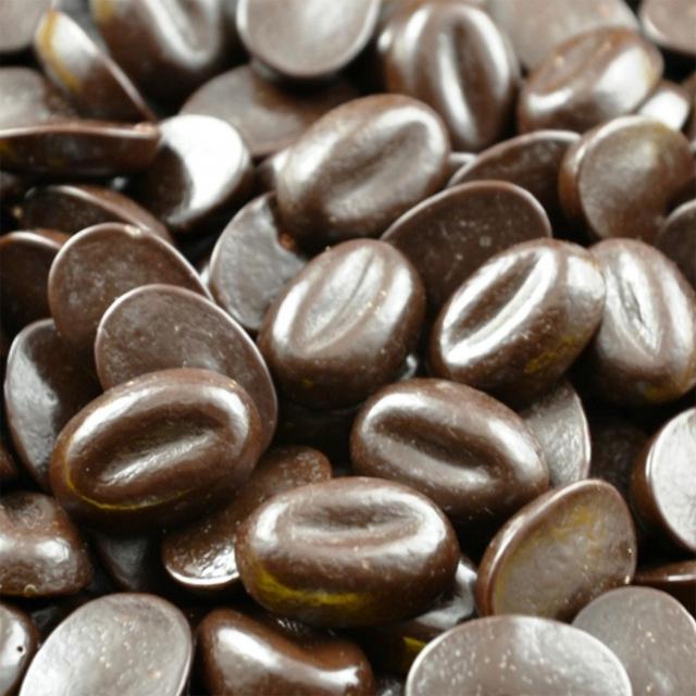 Des grains de café au chocolat
